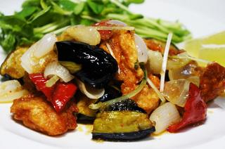 鶏唐揚げと素揚げ彩野菜のワサビおろしソースがけ.jpg